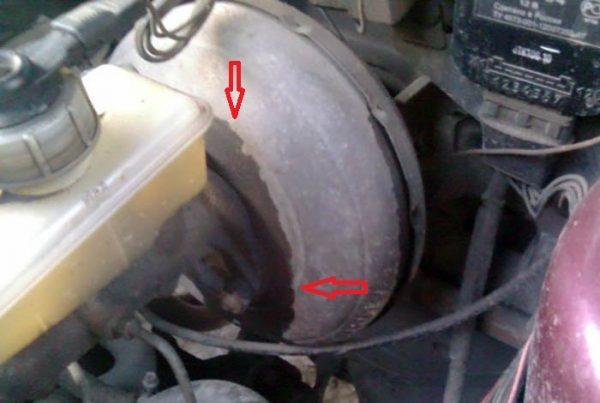 Течет тормозная жидкость из вакуумного усилителя тормозов на «Жигулях»