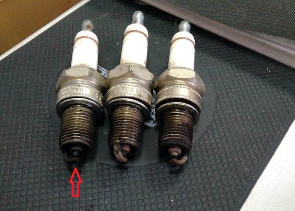 Сажа на электродах свечи зажигания 3 цилиндра ВАЗ 2107